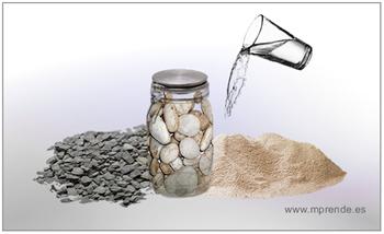 Frasco lleno de piedras, grava, arena y agua
